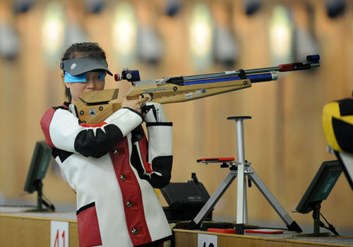 Photo: Zhao Yinghui trains at the Beijing Shooting Range Hall