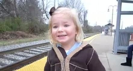 萌瞬间:三岁小萝莉第一次看到火车
