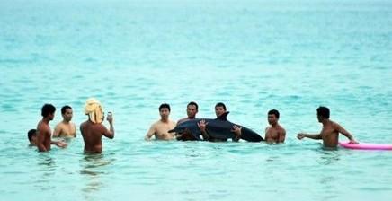 三亚游客强抱搁浅海豚合影 终因失血过多死亡