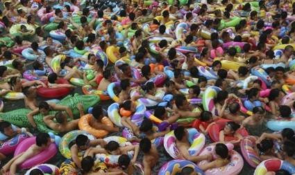 游客挤爆中国死海 密密麻麻全是人