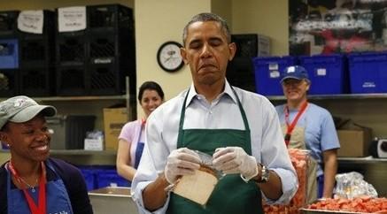 奥巴马穿围裙做三明治 视察慈善机构