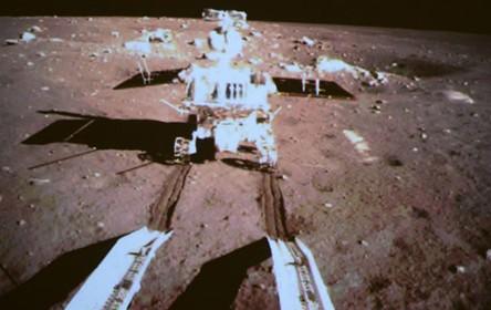 嫦娥三号成功实施月面软着陆