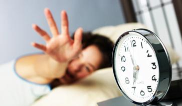 闹钟响了 再贪睡一会有益身体健康吗