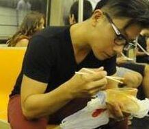2016年专四作文范文押题:地铁上吃东西?