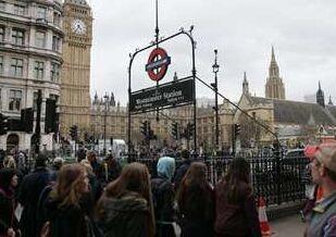 国际英语新闻:Man with knives arrested near British parliament on suspicion of