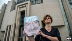 Rights Activists Criticize Trial of 17 Reporters in Turkey