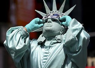 国际英语新闻:What solar eclipse means for U.S. stock market?