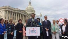 VOA慢速英语:美国亚裔议员争取留住移民梦