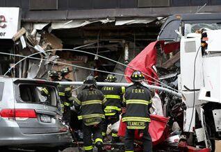 国际英语新闻:3 dead, more than a dozen injured after buses collide in New York