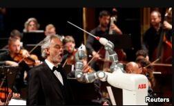 VOA慢速英语:机器人指挥乐队表演
