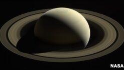 """VOA慢速英语:美国宇航局""""卡西尼""""号结束土星探索任务"""