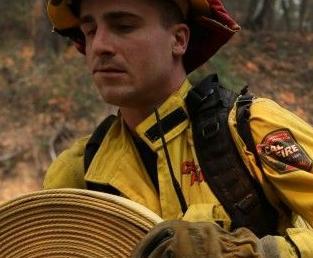 英语访谈节目:加州火灾死亡人数上升 搜救队返回废墟