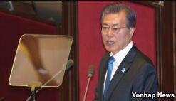 VOA慢速英语:韩国总统对核武器说不