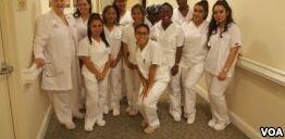 青少年准备通过训练成为护士助理