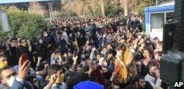 VOA慢速英语:伊朗国内抗议声四起