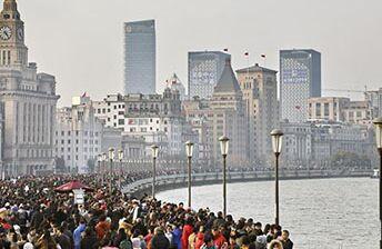 国际英语新闻:More tourists travel around China during holiday