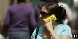 VOA慢速英语:研究人员称无需担心手机会导致肿瘤
