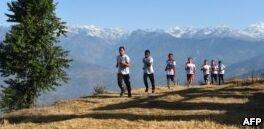 钱柜777官方网站:尼泊尔僧侣参加长跑比赛