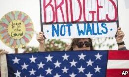 钱柜777官方网站:特朗普视察边界墙模型