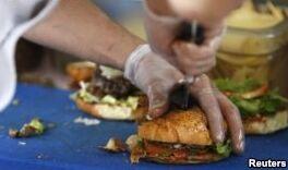 VOA慢速英语:肥胖斗争:你吃什么,你怎么想