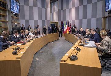 国际英语新闻:EU top diplomats agree to follow through Iran nuclear deal