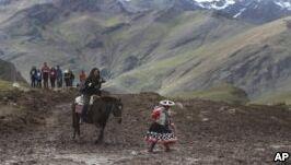 "VOA慢速英语:大批游客涌入秘鲁的""彩虹山"""