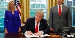 VOA慢速英语:特朗普签署了结束美国边境家庭分离的协议