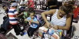 VOA慢速英语:美国法官命令30天内让分离家庭团聚