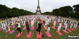 VOA慢速英语:国际瑜伽日 数百万人一起练习