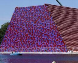 VOA慢速英语:艺术家漂浮在湖面的作品