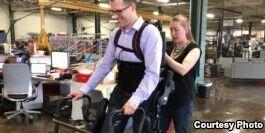VOA慢速英语:外骨骼技术的发展能帮助部分人再次行走