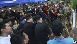 VOA慢速英语:救援人员找到泰国洞穴中受困的所有12名男孩及教练