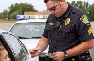 实战口语情景对话 第1366期:Have you ever been stopped by the police? 你被警察拦停过吗?