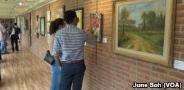 VOA慢速英语:难民艺术家寻求回馈社会