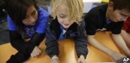 VOA慢速英语:报告称教师发现科技对课堂有帮助