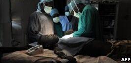 南苏丹一医生为难民提供医疗服务 获南森难民奖