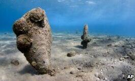 VOA慢速英语:神秘的生物威胁着巨大的地中海蚌