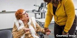 VOA慢速英语:84岁妇女拿到大学学位达成愿望
