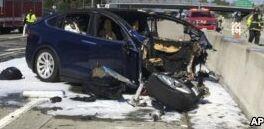 VOA慢速英语:警察阻止特斯拉车内司机睡觉