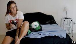 VOA慢速英语:阿根廷女足球运动员与性别歧视作斗争