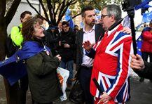 英国脱欧草案又被否 民众狂囤卫生纸