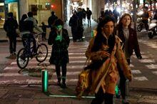 过马路请小心!韩国设激光束警示装置提醒低头族