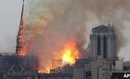 VOA慢速英语:法国巴黎圣母院大教堂发生大火
