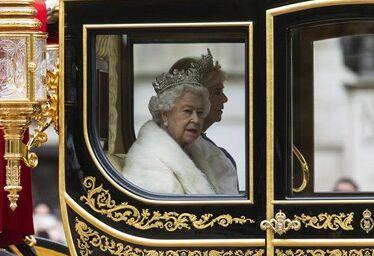国际英语新闻:British monarch reopens parliament in crunch week for Brexit
