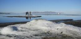 VOA慢速英语:大盐湖沿线出现罕见的盐层