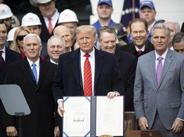 国际英语新闻:Trump signs new trade deal with Canada, Mexico into law