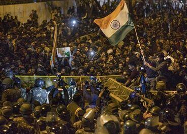 国际英语新闻:Massive protests erupt in Indian capital following firing on student
