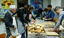 """90岁的""""穷人厨师""""为罗马无家可归者做饭"""