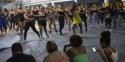 VOA慢速英语:巴西嘉年华上外国舞者在训练桑巴舞