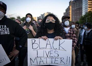 国际英语新闻:Two shot dead, 60 arrested in overnight protests in Chicago